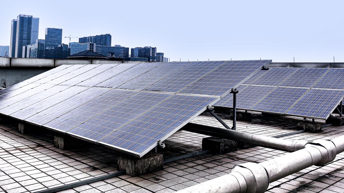 マンションの屋上に太陽光を設置する工法 〜屋根は耐えられる?風は大丈夫?